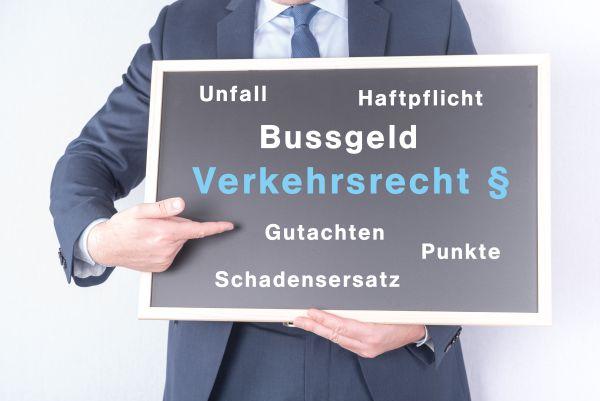 Schlagworte auf einem Schild zum Thema Verkehrsrecht