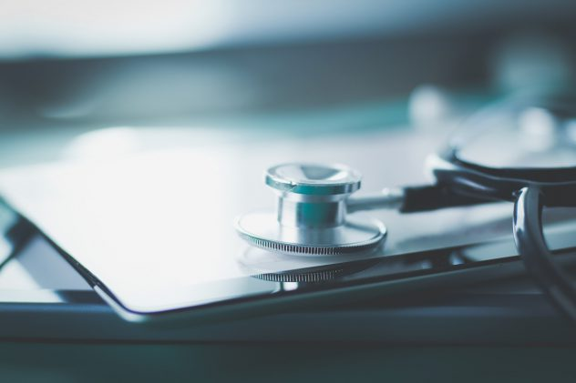 Arzt Stethoskop auf Tablet