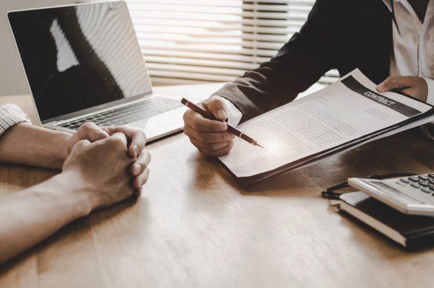 Beratung eines Anwalts zu dem Vertrag einer Risikolebensversicherung