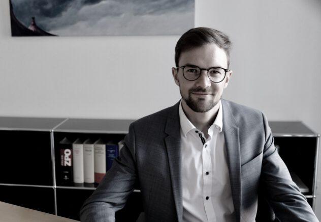 Rechtsanwalt Elias Molitor aus der Kanzlei Lamster in Freiburg